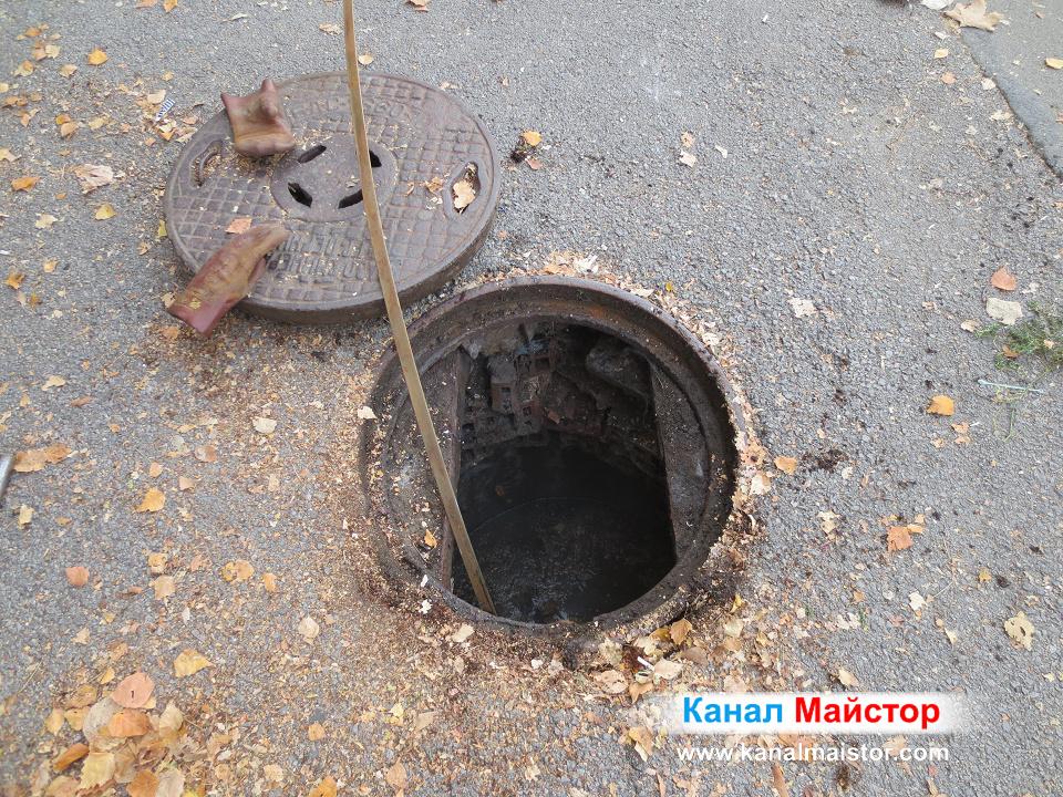 Близък план на пълната с фекална вода канализационна шахта