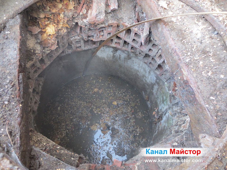 Шахтата, по време на отпушването с металната шина на Канал Майстор