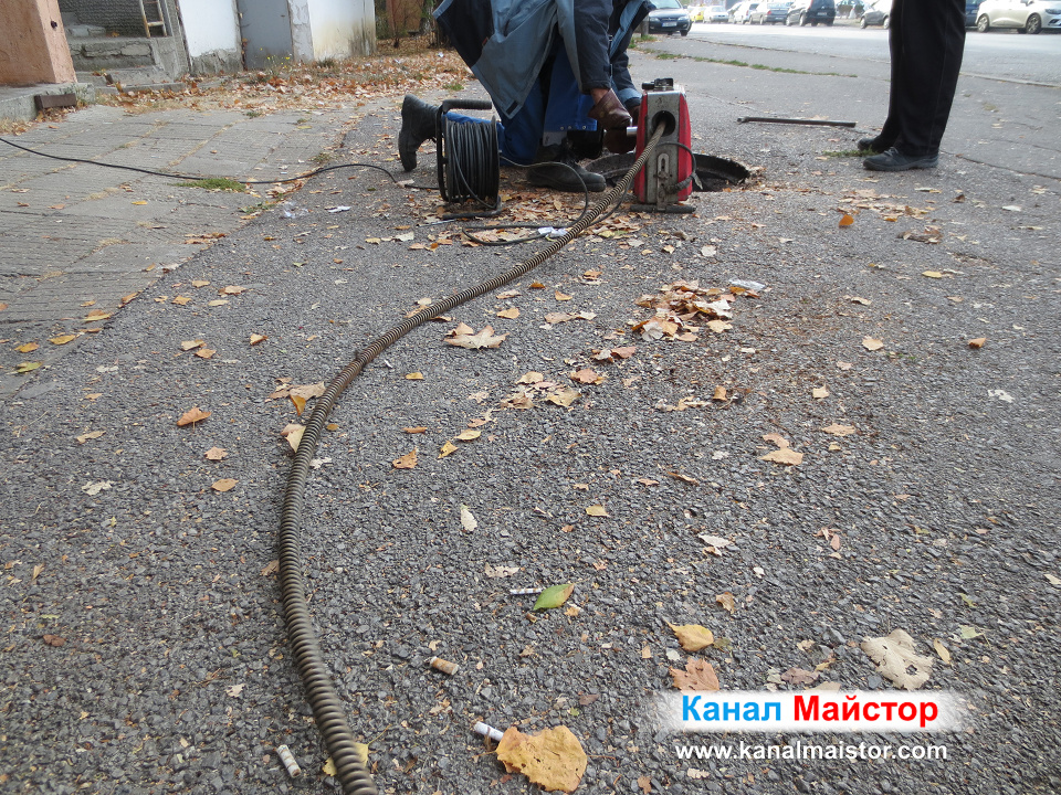 Отпушване на канализационните шахти на блока в София, жк Люлин 7