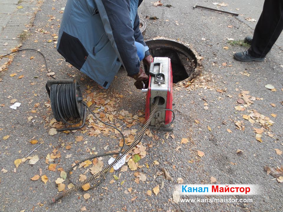 Професионалните спирали се въртят от професионалната машина на Канал Майстор за отпушване на тръби и канали