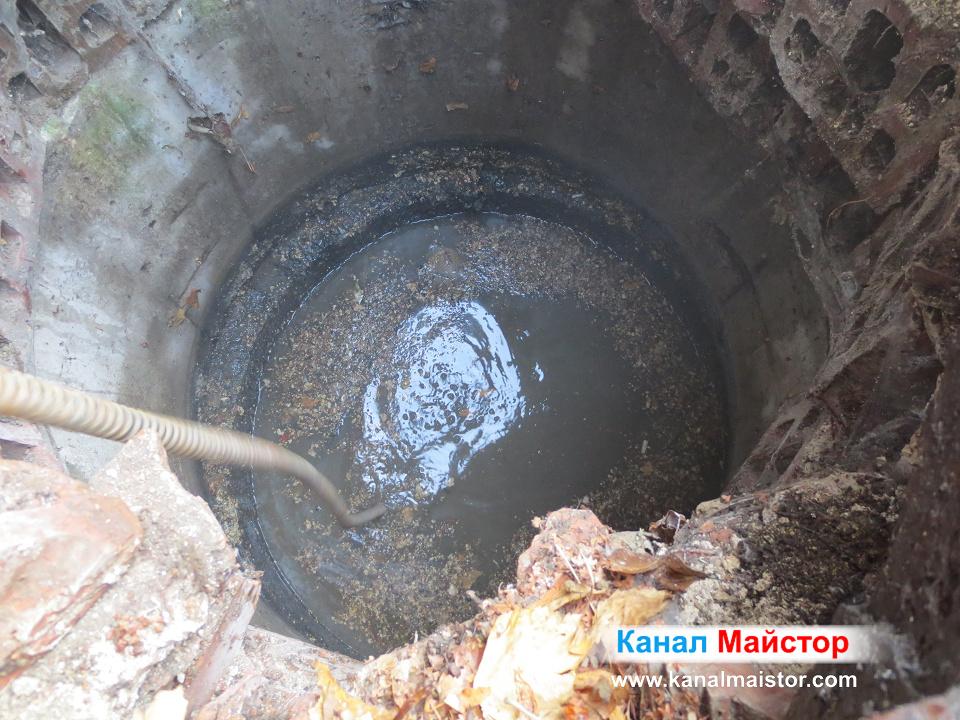 Тук нивото на фекалната вода, в шахтата започна да спада