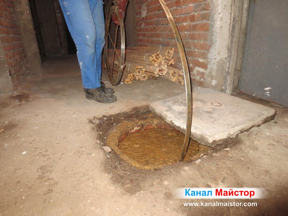 Вкарваме металната шина за отпушване на канали в запушената шахта
