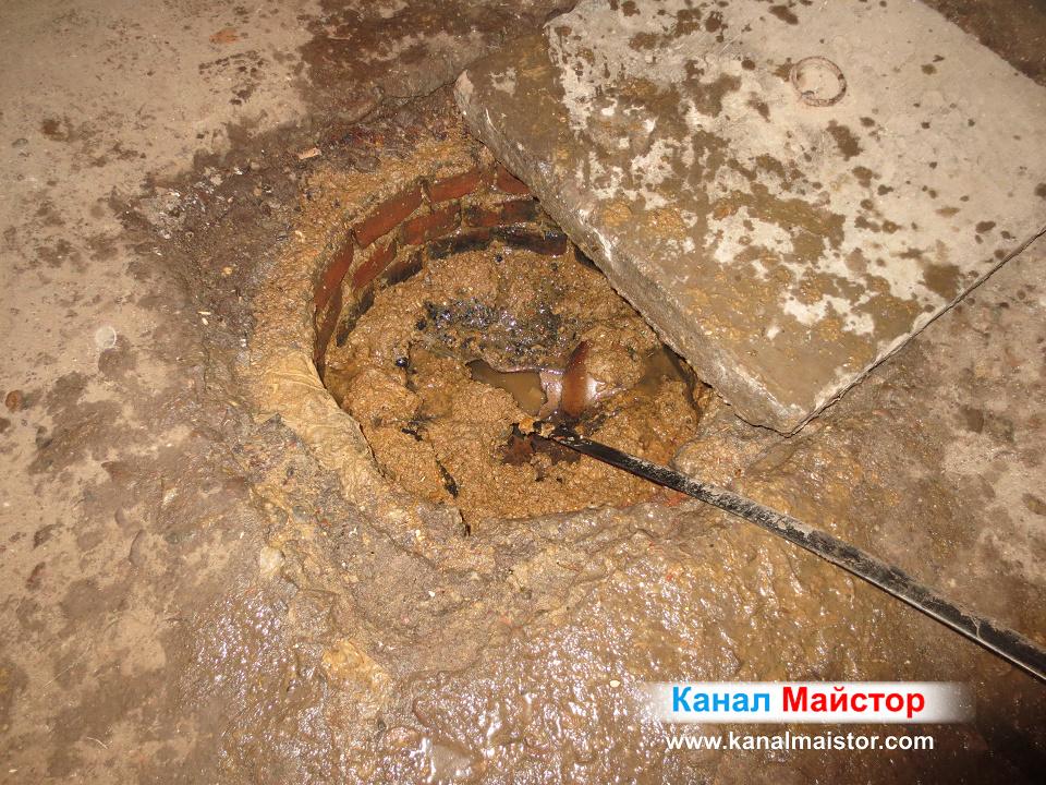 Канала на шахтата е отпушен и тук се вижда, как водата се е изтекла надолу в канализацията