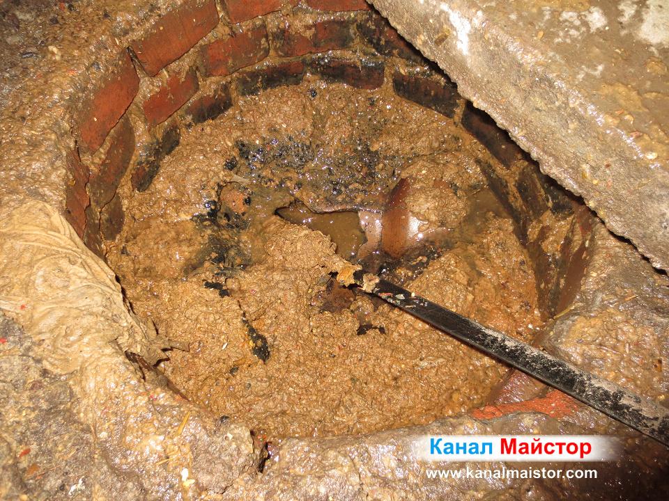 Водата в канализационнната шахта се оттича свободно, понеже канала е вече отпушен