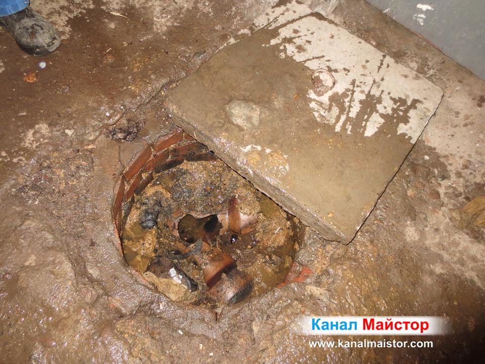 Тук сме поляли шахтата с вода, за да поизмием дъното и от фекалната вода. А каналът е успешно отпушен