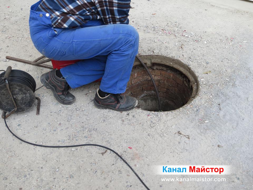 Почистване на мазнини от канализационните тръби на сграда в София, Редута