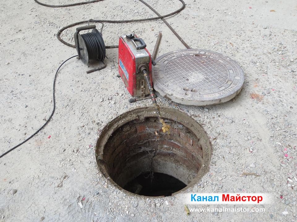 Машината ни за отпушване на канали, пред сградната канализационна шахта