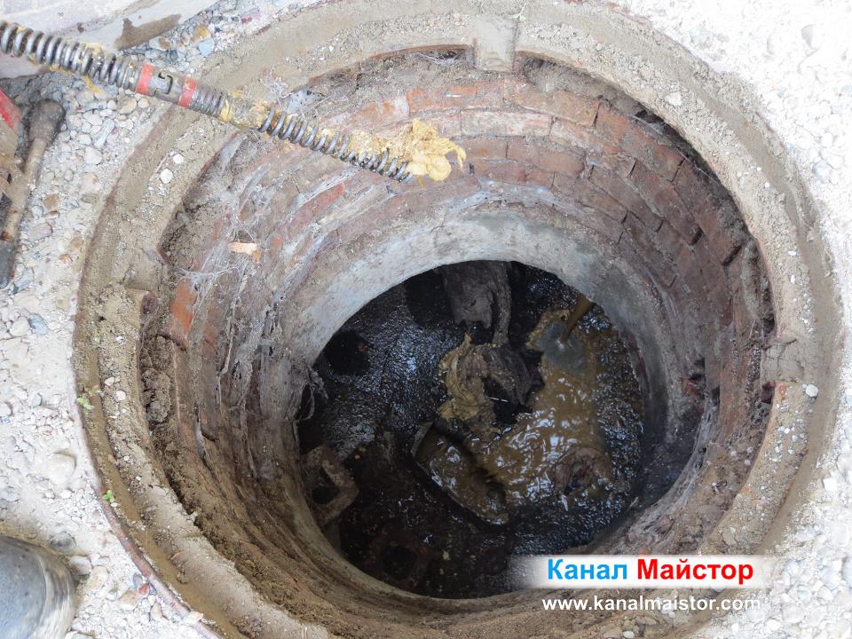 Мокра кърпичка, закачила се за спиралата по време на отпушването на канализационните тръби на сградата