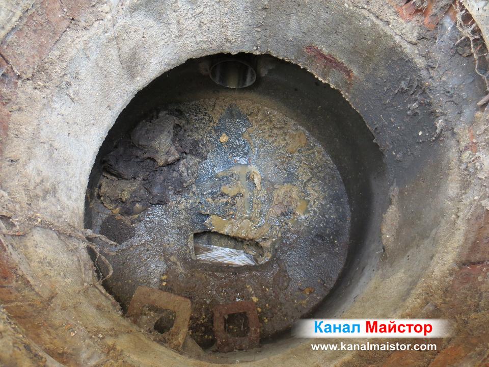 Това е изглед от вътрешността на канализационната шахта, от която отпушвахме тръбите на тази сграда намираща се в квартал Редута, София